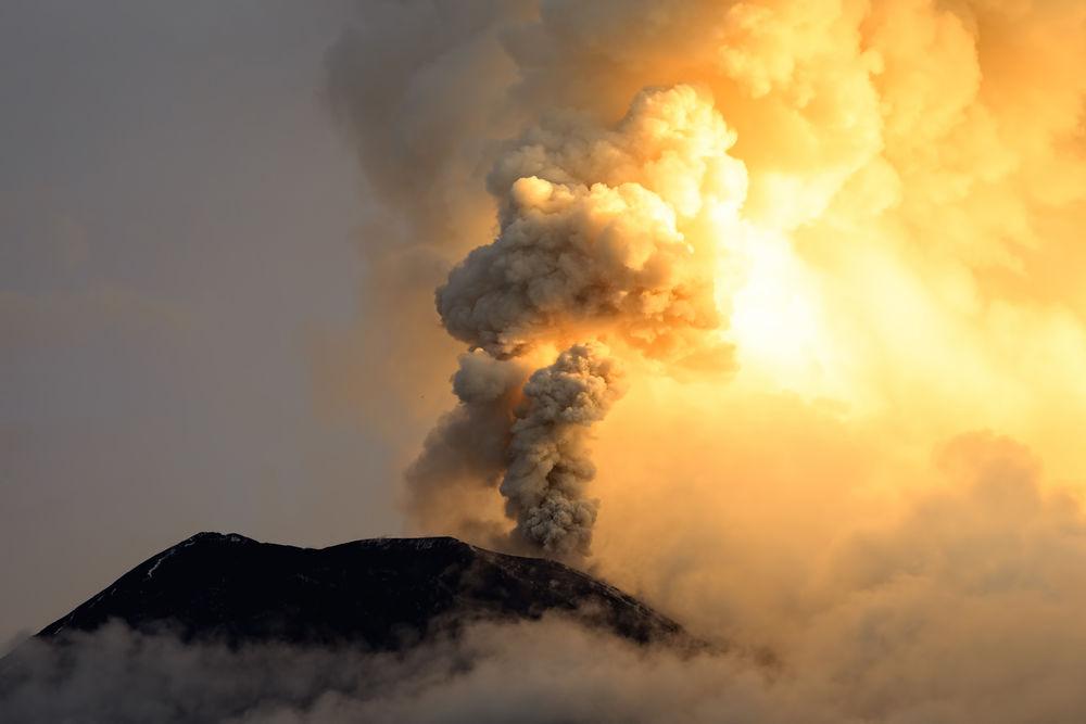 As cinzas vulcânicas se refrescar do mundo, mas no longo prazo, o dióxido de carbono iria aquecê-lo. Ammit Jack / Shutterstock